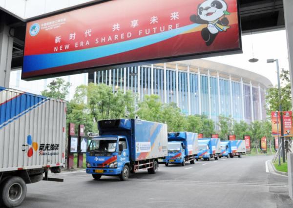 ▲CJ로킨이 5일부터 10일까지 중국 상하이에서 열리는 제 2회 중국국제수입박람회(CIIE)의 공식 '외식/식품 보장 배송물류업체'로 선정돼 행사에 사용되는 각종 식품, 식자재의 운송을 수행한다. 박람회 행사장 앞을 이동하고 있는 CJ로킨 냉동냉장 차량들.  (자료제공=CJ대한통운)