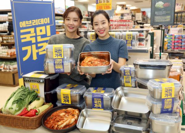 ▲5일 오전 이마트 용선점 식기 매장에서 모델들이 스텐(stainless) 김치통을 소개하고 있다.  (사진제공=이마트)
