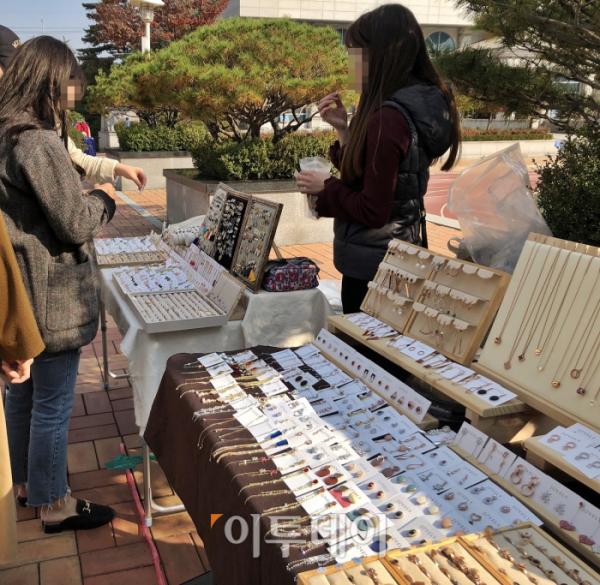 ▲프리마켓에는 상인들이 손으로 만든 귀걸이와 목걸이를 만날 수 있다. 학생들도 큰 관심을 보였다.  (홍인석 기자 mystic@)