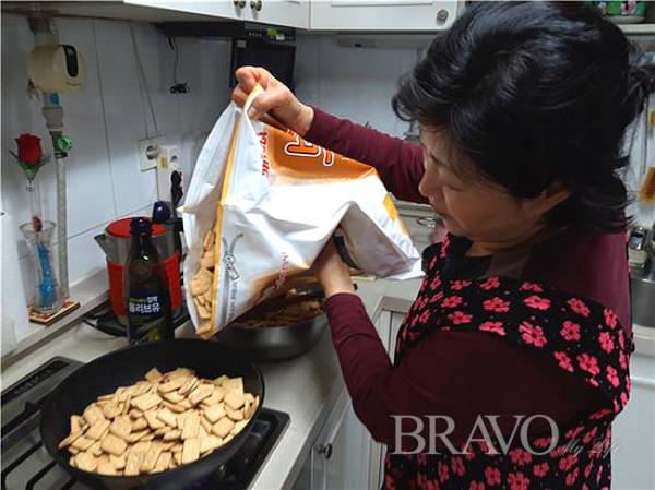 ▲보리건빵을 튀기기 위하여 준비하는 모습(홍지영 동년기자)