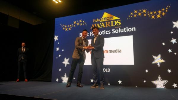 ▲스마트 코딩 로봇 뚜루뚜루가 지난 5일 싱가포르에서 열린 '에듀테크 아시아 2019'에서 로봇 솔루션 부문 금상을 수상했다. (사진제공=아이스크림미디어)