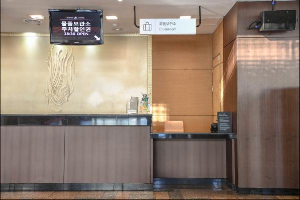 ▲세종문화회관 물품보관소 데스크 개선 (사진 = 서울시)