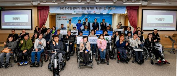 ▲현대자동차그룹이 장애인의 이동 편의를 위한 수동휠체어 전동화키트 보급ㆍ셰어링 사업을 2년째 이어간다.  (사진제공=현대모비스)