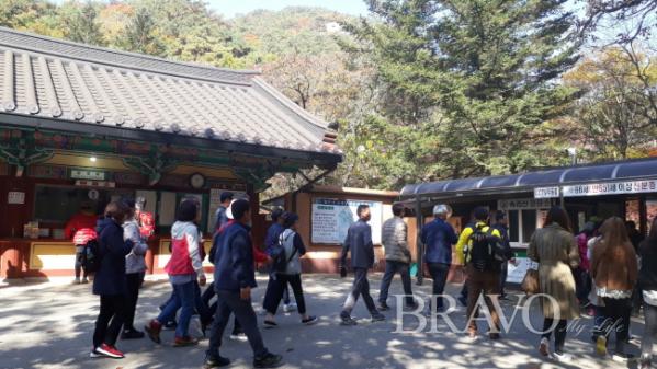 ▲매표소 주변의 관광객들(허계숙 동년기자)
