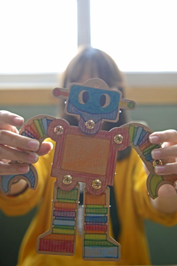 ▲에코봇은 재생골판지를 사용해 제작한다.