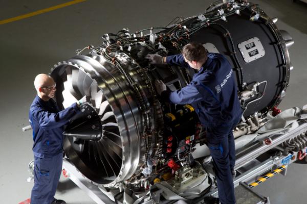 ▲롤스로이스 엔지니어가 항공엔진을 검수하고 있다. (사진제공=롤스로이스)