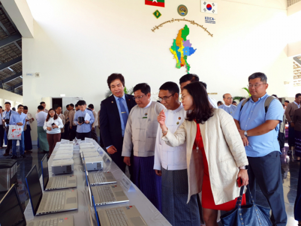 ▲SK텔레콤은 SK 관계사 11개와 함께 13일 미얀마 수도인 네피도에 있는 농림부 교육센터에서 NGO 단체인 기후변화센터, 미얀마 농림부와 함께 미얀마 전역에 보급할 쿡스토브 및 차량 96대, 오토바이 240대 등 보급지원 물품을 전달하는 쿡스토브 보급 착수식을 가졌다고 14일 밝혔다. (사진제공=SK텔레콤)