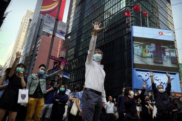▲홍콩에서 14일(현지시간) 시위대가 5대 요구 사항을 상징하는 다섯 손가락을 편 채 시위하고 있다. 홍콩/AP연합뉴스