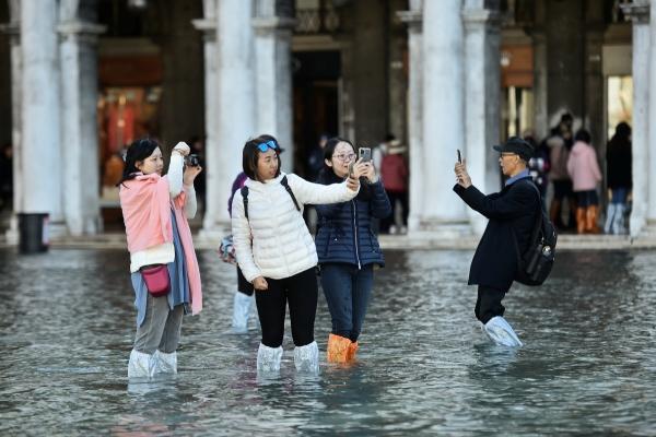 ▲물에 잠긴 산마르코광장에서 사진 찍는 관광객들. 로이터연합뉴스