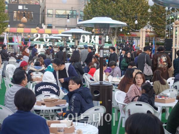 ▲수많은 관람객이 행사장을 방문해 아세안 10개국의 다양한 음식을 맛보고 있다. (이재영 기자 ljy0403@)