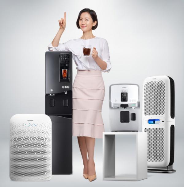 ▲청호나이스 주요 제품과 모델 염정아 (사진제공=청호나이스)