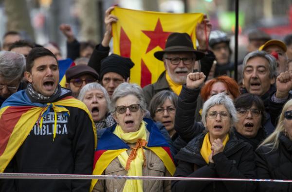 ▲18일(현지시간) 스페인 바르셀로나에서 카탈루냐 독립 지지자들이 집회를 하고 있다. (바르셀로나/AP연합뉴스)
