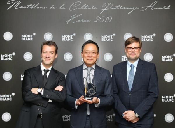▲현대카드는 19일 정태영(가운데) 부회장이 몽블랑 문화예술 후원자상 수상자로 선정됐다고 밝혔다. 정 부회장이 수상 직후 기념촬영을 하고 있다.  (사진 제공=현대카드)
