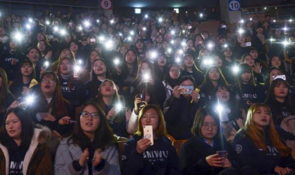▲'제6회 대한상의 사진공모전'에서 일반부문 최우수상을 탄 김지은 씨의 '스마트폰, 반짝이는 미래'  (사진제공=대한상의)