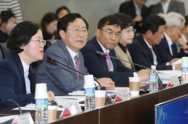 ▲조성욱 공정위원장(맨 왼쪽)이 인삿말을 하고 있다.  (제공=중소기업중앙회)