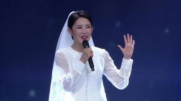 '보이스퀸' 조엘라, 결혼 5시간차 신혼여행도 미루고 웨딩드레스 차림으로 참가