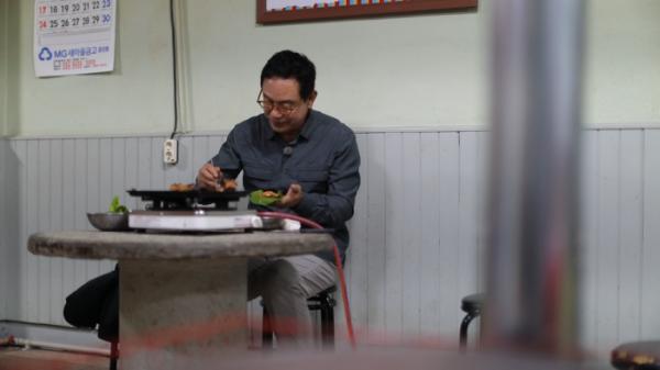 ▲'김영철의 동네 한 바퀴' 연탄불 돼지석쇠구이(사진제공=KBS1)