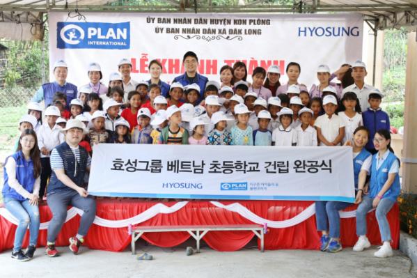 ▲효성 임직원들이 급여나눔을 통해 베트남 꼰촛 마을에 '초등학교'를 선물한 뒤 기념촬영을 하고 있다. (사진제공=효성)