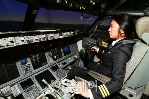 ▲유지형 티웨이항공 부기장이 25일 서울 강서구 김포국제공항 화물청사에 위치한 한국공항공사 항공훈련센터에 있는 보잉 737 800 모의비행장치(SIM)에서 비정상상황대비 훈련을 하고 있다. 고이란 기자 photoeran@