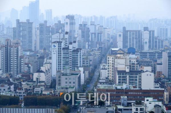 ▲정부는 '서울 지역 실거래 관계기관 합동조사'를 통해서 올해 8~9월에 신고된 공동주택 거래 2만8140건 가운데 '부동산거래신고법'을 위반한 것으로 의심되는 거래 2228건을 적발했다. 사진은 서울 아파트 밀집지역 전경. 신태현 기자 holjjak@