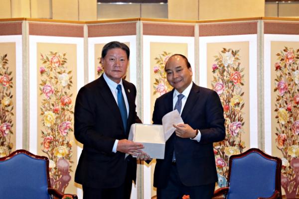▲허명수(왼쪽) GS건설 부회장과 응우옌 쑤언 푹 베트남 총리가 28일 서울 용산구 그랜드하얏트호텔에서 기념 사진을 찍고 있다.(사진 제공=GS건설)