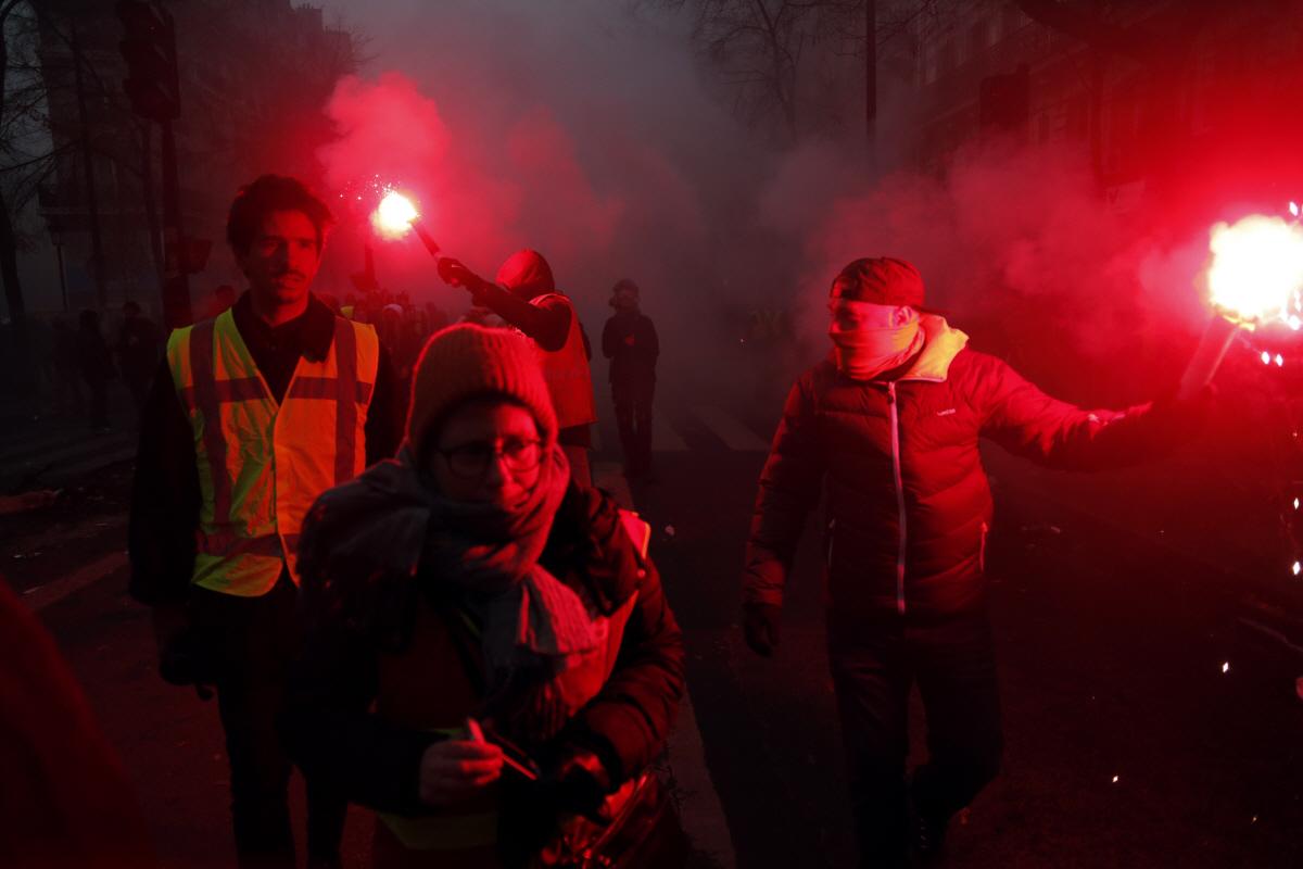 또 대규모 파업 부른 프랑스 연금개혁...80만 명 거리로