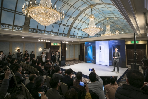 ▲샤오미의 스티븐 왕 동아시아 총괄매니저가 9일(현지시간) 도쿄에서 일본시장 진출을 선포하는 행사를 주재하고 있다. 도쿄/신화뉴시스