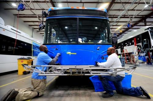 ▲미국 로스앤젤레스(LA) 카운티의 랭캐스터에 있는 BYD 전기 버스 공장에서 근로자들이 작업하고 있다. 랭캐스터/신화뉴시스