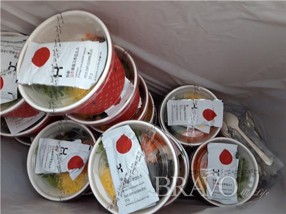 ▲노숙인들의 식사대용으로 준비한 따뜻한 초밥 과 반찬(홍지영 동년기자)