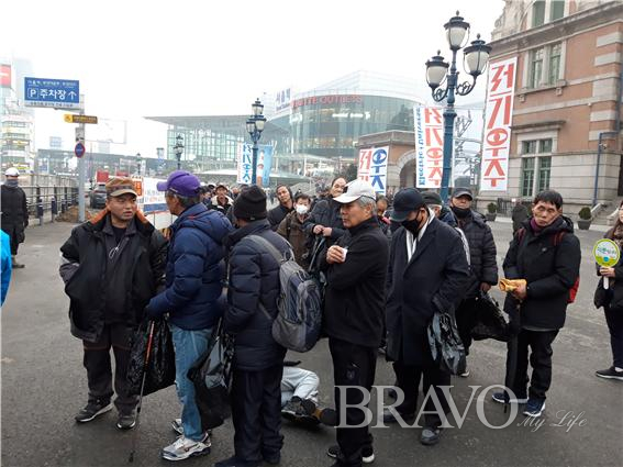 ▲노숙인들이 줄을 서서 기다리는 모습(홍지영 동년기자)