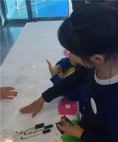 ▲전시연계프로그램 <내 손안의 미생물 : 한천배지 만들기> (서울시)