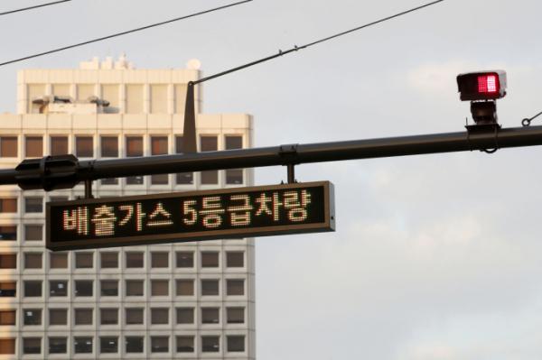 ▲서울 중구 숭례문 인근에 설치된 배출가스 5등급 차량 단속 카메라. (연합뉴스)