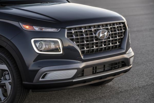 ▲현대차의 엔트리급 SUV 베뉴 역시 북미 시장에 진출해 큰 관심을 모으고 있다. 네모난 전조등을 강조하기 위해 'LED 램프 프레임'도 심어넣었다.  (사진제공=현대차)