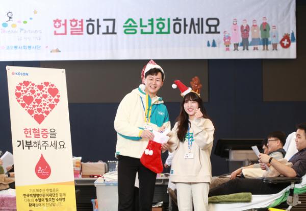 ▲코오롱그룹은 2일부터 10일간 서울 마곡동 코오롱 One&Only 타워 등 전국 8개 사업장에서 '헌혈하고 송년회하세요' 캠페인을 연다. 코오롱 직원들이 헌혈증을 기부함에 넣고 있다. (사진제공=코오롱)