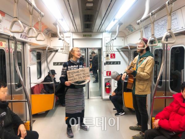 ▲1일 오후 서울 지하철 교대역에서 베그패커 두 명이 버스킹을 했다. 여행비를 마련하기 위해서다.  (홍인석 기자 mystic@)
