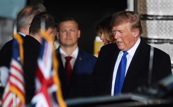 ▲도널드 트럼프 미국 대통령이 2일(현지시간) 오는 3~4일 영국 런던에서 열리는 북대서양조약기구(NATO·나토) 창설 70주년 기념 회동에 참석하기 위해 런던 스탠스테드 공항에 도착했다. 런던/EPA연합뉴스.