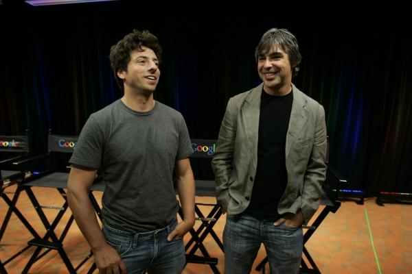 ▲구글 공동 창업자인 래리 페이지(오른쪽)와 세르게이 브린이 2008년 9월 2일(현지시간) 미국 캘리포니아주 마운틴뷰에 있는 구글 본사에서 자사 웹브라우저 '크롬'을 소개하는 기자회견 도중 서로 이야기하고 있다. 두 사람은 3일 알파벳에서 현재 맡고 있는 직책에서 사임한다고 밝혔다. 페이지는 알파벳 최고경영자(CEO)를, 브린은 사장을 각각 맡았다. 마운틴뷰/AP뉴시스