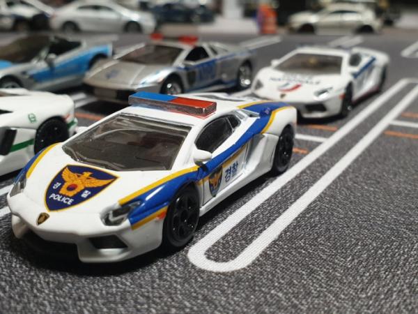 ▲제민 씨가 수집·제작한 세계 각국의 경찰차 콜렉션. 그는 이처럼 전 세계 경찰차를 이용해 교육용 자료로 이용하는 것이 목표다. (사진제공=박제민)