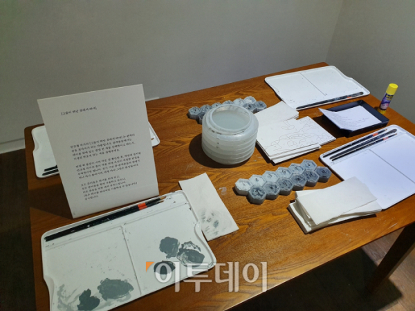 ▲원하는 판넬을 고른 후 물감과 붓이 마련된 책상 위에 앉아 색을 칠하면 된다. 김소희 기자 ksh@