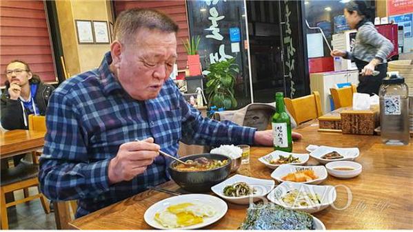 ▲나, 40년 단골이여~ 김영철 씨가 선지해장국을 새벽 5시 20분에 드신다(변용도 동년기자)