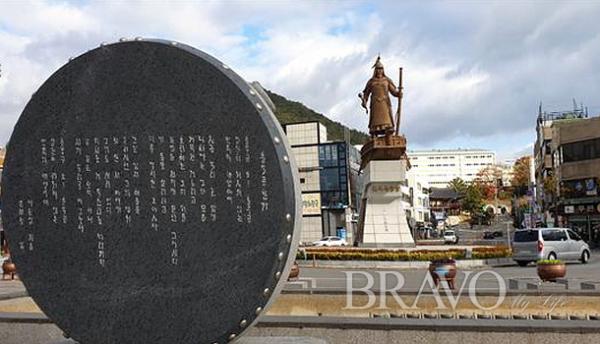 ▲진남관 앞 이순신 광장. 동상 뒤쪽으로 진남관이 보인다(변용도 동년기자)