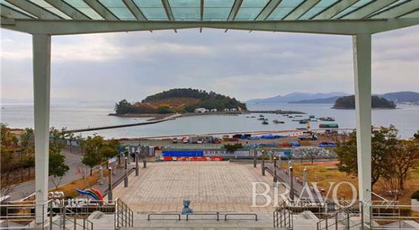 ▲예울마루 계단에서 내려다본 예술의 섬 장도. 좌측은 인공해변을 조성중이다(변용도 동년기자)