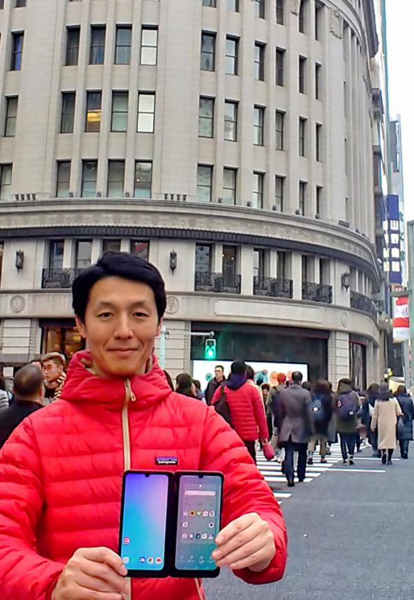 ▲LG전자가 프리미엄 스마트폰 LG G8X ThinQ를 일본 시장에 출시했다. LG전자 일본법인 직원이 일본 도쿄 소재 소프트뱅크 매장에서 LG G8X ThinQ를 소개하고 있다. (사진제공=LG전자)