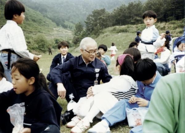 ▲대우초등학교 학생들과 시간을 보내고 있는 김우중 전 대우그룹 회장의 모습.  (사진제공=대우세계경영연구회)