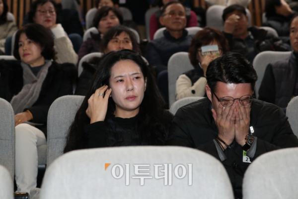 ▲'민식이법'이 통과된 순간, 김민식 군 부모가 방청석에서 눈물을 흘리고 있다. (신태현 기자 holjjak@)
