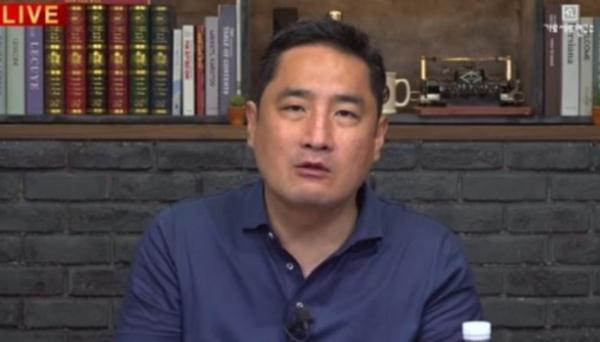 ▲강용석 변호사가 프로포폴 의혹 배우를 언급했다.  (출처=유튜브 채널 '가로세로연구소' 캡처)