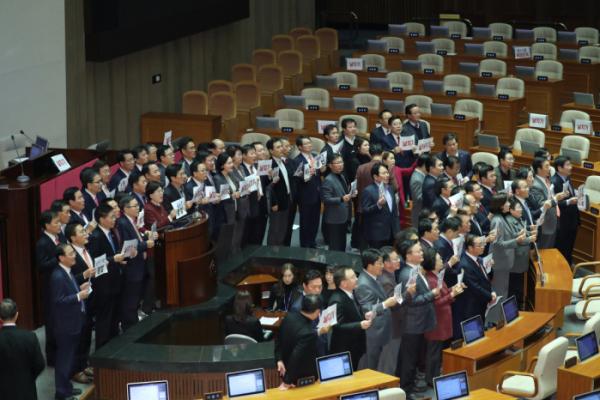 ▲10일 오후 국회 본회의에서 자유한국당 의원들이 내년도 예산안이 통과된 것과 관련 손팻말을 들고 항의 구호를 외치고 있다.  (사진=연합뉴스)