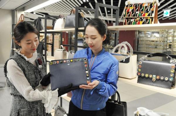 ▲고객이 해외 명품 제품을 살펴보는 모습. (사진제공=롯데쇼핑)