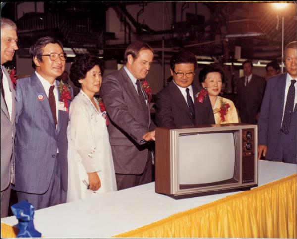 ▲구 명예회장(오른쪽 세번째)이미국 현지생산법인(GSAI)에서 생산된 제1호 컬러TV 제품을 살펴보고 있다 (사진제공=LG그룹)