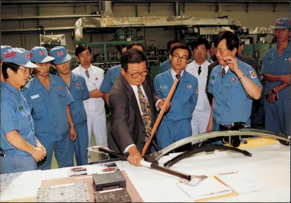 ▲구 명예회장(가운데)이 럭키(현 LG화학) 청주공장에서 생산제품을 살펴보고 있다 (사진제공=LG그룹)